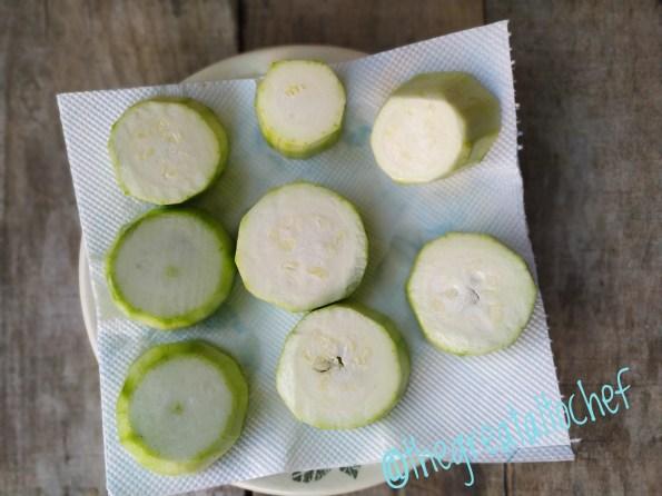 После 5 минута обрните их на убрус да сва вода исцури. Тако обрнуте на убрусу требало би да одстоје једно десетак минута.