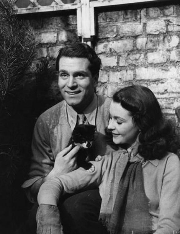 Laurence Olivier and Vivian Leigh with their cat Tissy 1941
