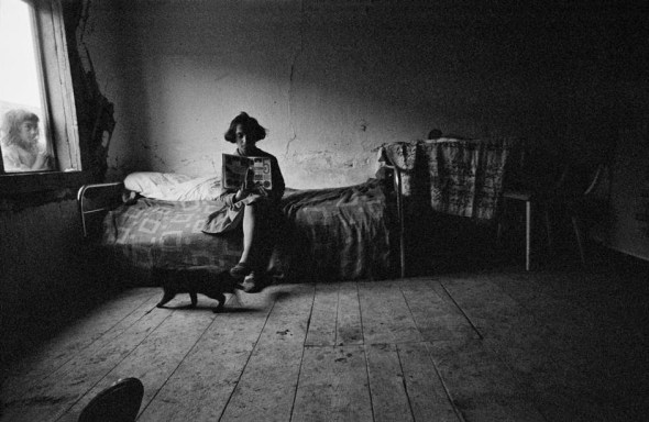 Josef Koudelka 1963 CZECHOSLOVAKIA Gypsies with cat