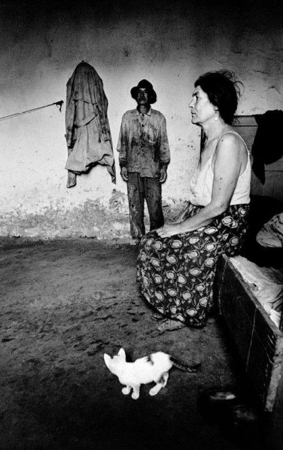 Josef Koudelka - Romania, 1968 Gypsies with a Kitten