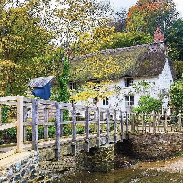 a thatched cottage and bridge in Helford, Cornwall