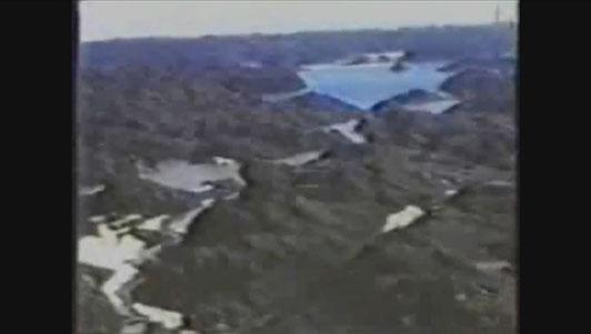 Queste immagini video registrate dall'ammiraglio americano Richard Byrd il 19 febbraio 1947 mostrano decine di miglia quadrate di territorio ricco di laghi e foreste proprio nel mezzo del polo sud