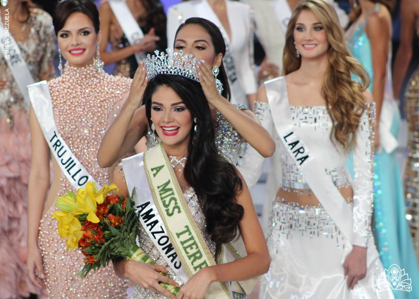 Andrea Carolina Rosales Castillejos being crowned as Miss Venezuela Tierra 2015