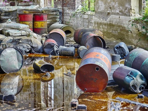 Knowing how to invest in oil means not having barrel of it leaking around your home. | By fernost (Self-photographed) [Public domain], via Wikimedia Commons