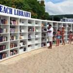 A biblioteca pública e colaborativa que fica bem no meio da praia