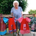 A idosa de 100 anos que costura um vestido por dia para crianças carentes da África