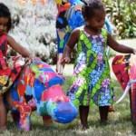 Chinelos velhos encontrados em praias são transformados em brinquedos para crianças da África