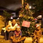 Jovens espalham árvores de Natal pelas ruas de SP para arrecadar presentes para sem-teto