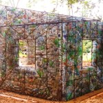 A ecovila onde todas as casas são construídas com garrafas PET que iriam para o lixo