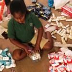 Menina de 8 anos mobiliza vizinhos para doar kits de higiene a moradores de rua
