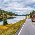 Casal larga carreira e constrói casa móvel minimalista para viajar o país. Veja vídeo!