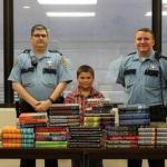 O menino de 9 anos que usa sua mesada para comprar livros para quem está na cadeia