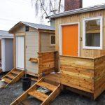 Jovens constroem minicasas para moradores em situação de rua em Seattle