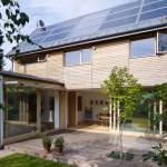 A casa ecoeficiente que gera renda de R$10 mil ao ano para os donos com a venda de energia excedente