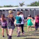 Festival europeu de música transforma xixi do público em energia para iluminar letreiros informativos