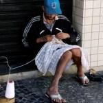 Morador em situação de rua garante renda vendendo peças de crochê tricotadas com agulhas feitas por ele mesmo