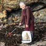 A idosa de 70 anos que já limpou mais de 50 praias por amor a seus netos