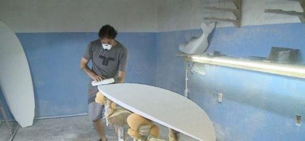 Designer transforma bitucas de cigarro em pranchas de surfe em SC