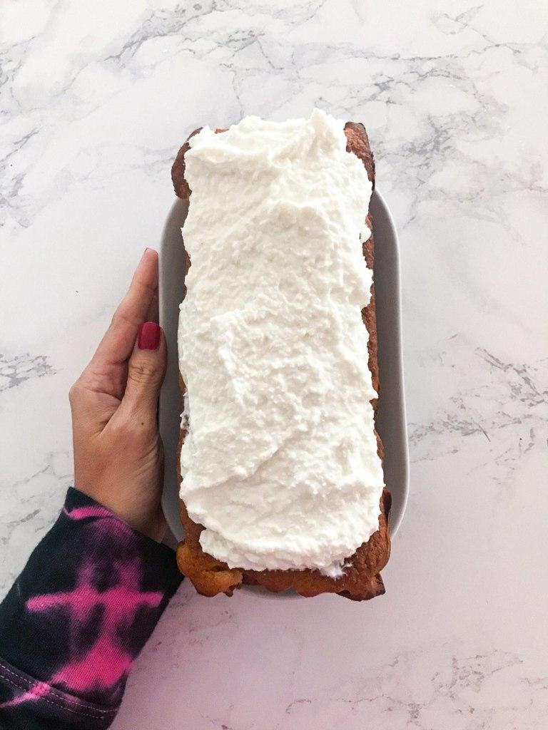 Plumcake cremoso al cocco con crema al cocco