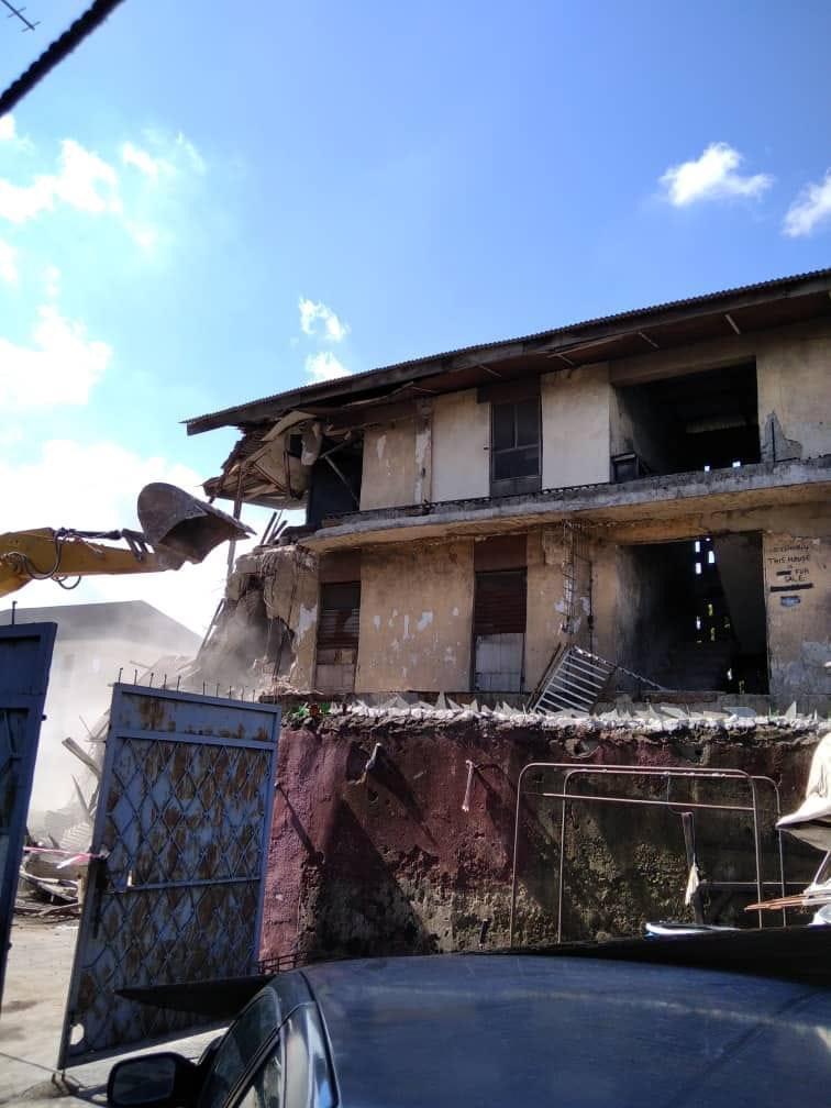Lagos Govt. demolishes distressed 2-storey building in Ojuelegba