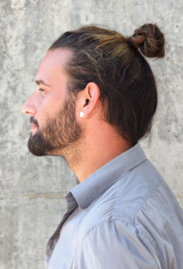 Modern messy man bun hairstyles for guys 2