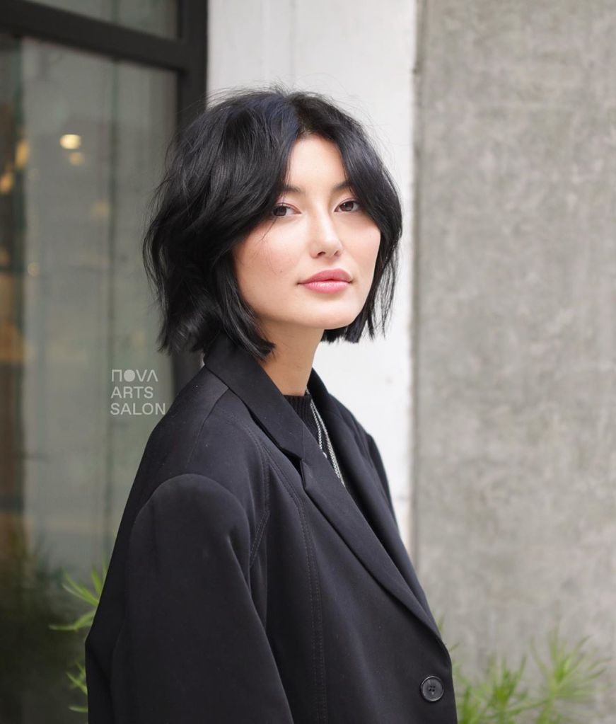 LAYERED BOB-CHIN-LENGTH HAIRCUTS FOR WOMEN 2020 -CHIN-LENGTH HAIRCUTS FOR WOMEN-HAIRCUTS FOR WOMEN 2021-HAIRCUTS FOR WOMEN 2022