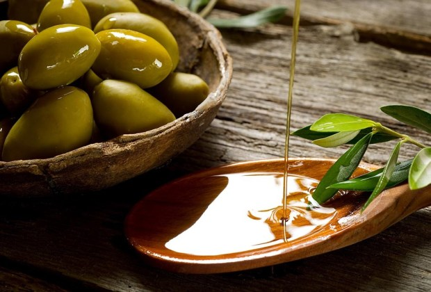 5 milagrosas formas de tener uñas perfectas todo el tiempo - aceite-de-oliva-1024x694