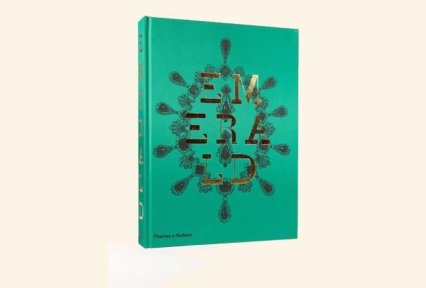 8 libros ideales para decorar tu mesa - emerald-book-1024x694