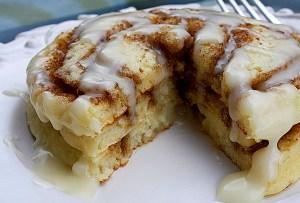 ¿Cómo hacer cinnamon roll hot cakes?