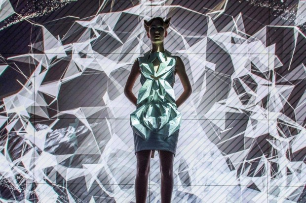 La realidad virtual de Anouk Wipprecht y Audi - Projection-map-dress-1024x682