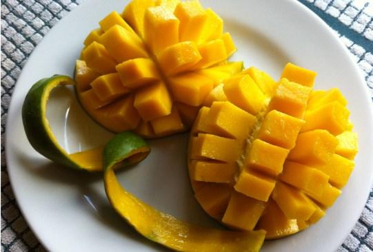 Estas son las frutas con más azúcar que debes evitar comer en exceso - mangos-300x203