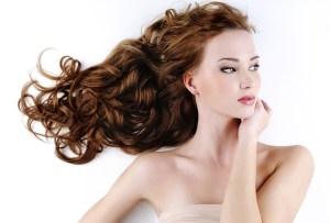 Fortalece y repara tu pelo con este spray de coco casero