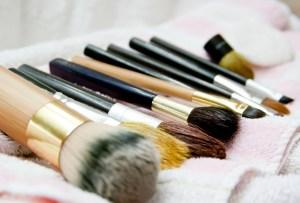 Cómo y cada cuánto debes limpiar tus brochas de maquillaje