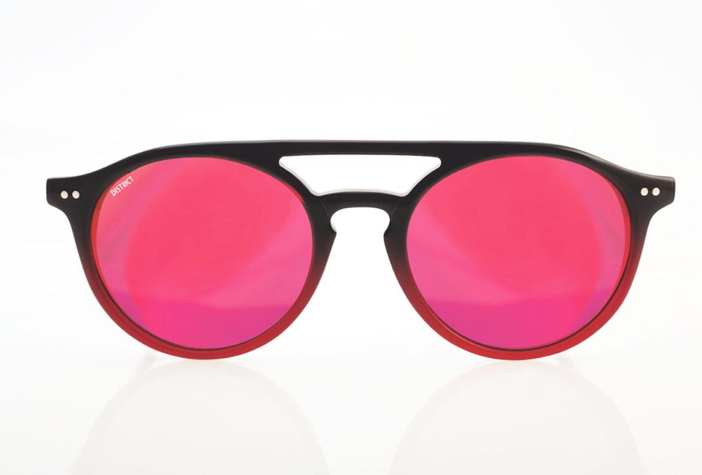 85df8eebc8 Los Porfirio son lentes redondos con un puente pronunciado, hechos con acetato  italiano color rosa con azul. Las micas son de espejo en rosa y rojo.