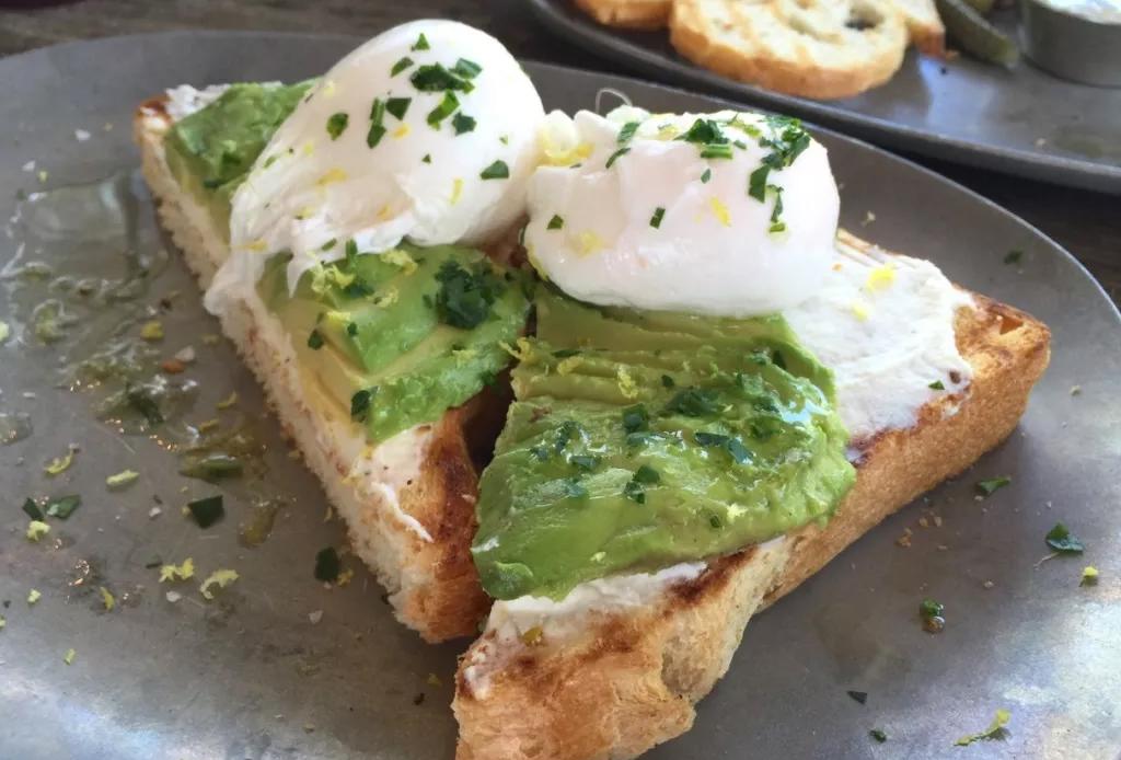 5 platillos que puedes hacer con un huevo - avocado-toast-the-dunlavy-houston-1024x694
