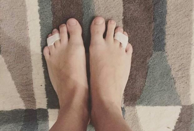 ¿No aguantas los tacones? Sigue estos 7 tips para usarlos todo el día - pies-cinta-tacones-1024x694
