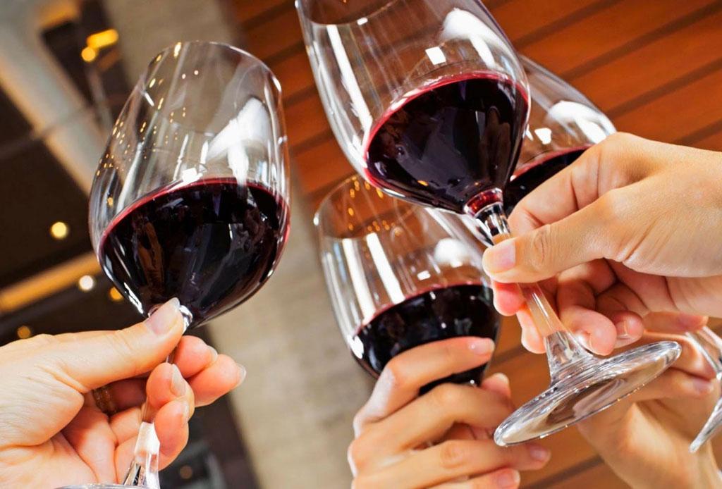 6 consejos para elegir un vino para regalar o llevar a una cena - vino