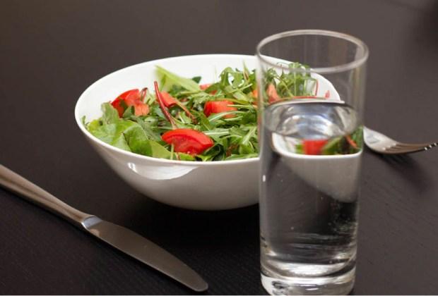 7 tips para siempre estar hidratado - agua-y-comida-1024x694