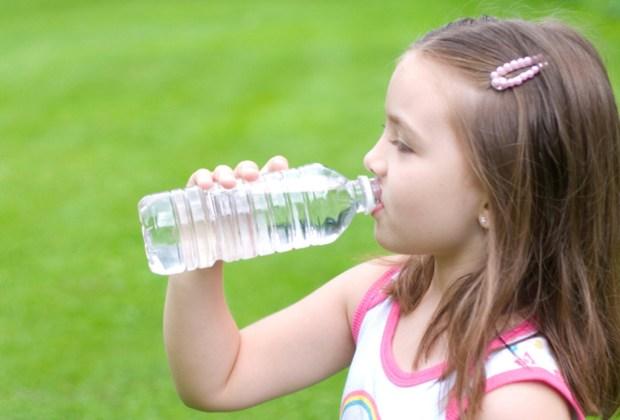 7 tips para siempre estar hidratado - nincc83os-tomando-agua-1024x694