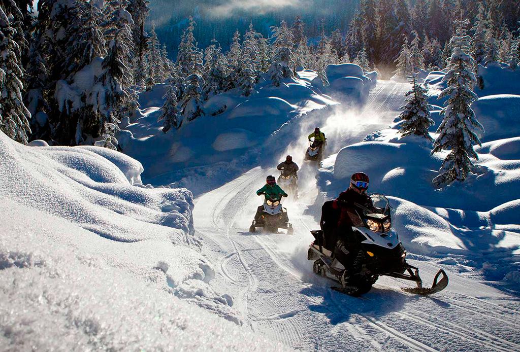 8 actividades para disfrutar Whistler al máximo durante invierno - snowmobile