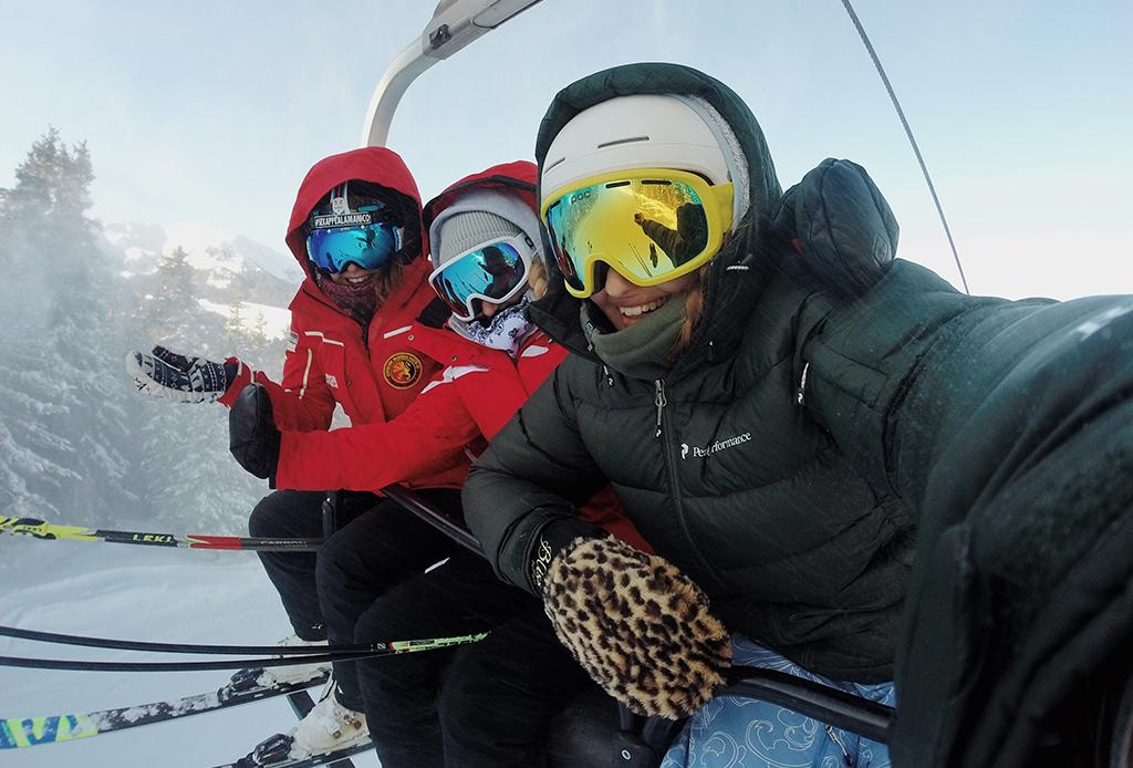 12 elementos básicos que debes empacar para esquiar en la nieve