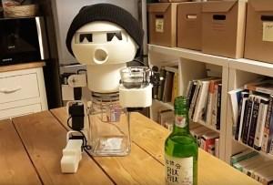 El robot diseñado para que nunca disfrutes un drink tu solo