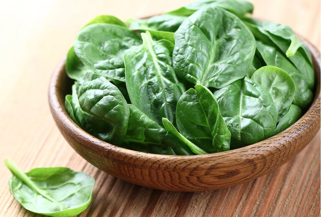Alimentos que pueden ayudarte a lograr un sueño más profundo (gracias al GABA) - espinaca-1024x694