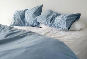 Sentarte en tu cama con la ropa sucia, es lo PEOR que puedes hacer
