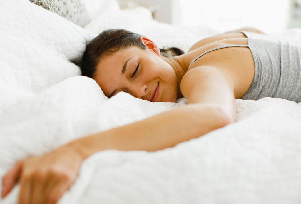 Sentarte en tu cama con la ropa sucia, es lo PEOR que puedes hacer - cama-germenes