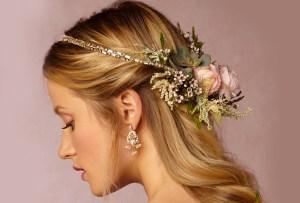 ¡Las coronas y tocados de flores naturales para novias siguen en tendencia!