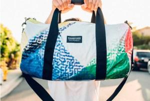 Rareform: espectaculares viejos convertidos en bolsas para ayudar al medio ambiente