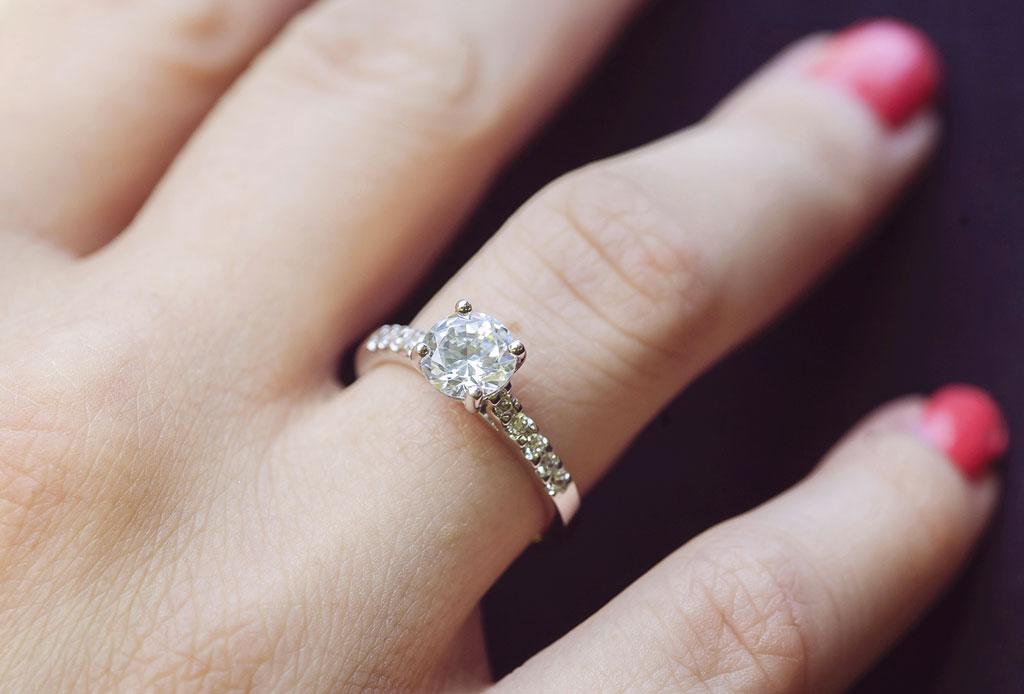 ¡Adiós a los diamantes! La piedra lunar llegó para reemplazarlos en anillos de compromiso - anillo-compromiso-cuidados-4