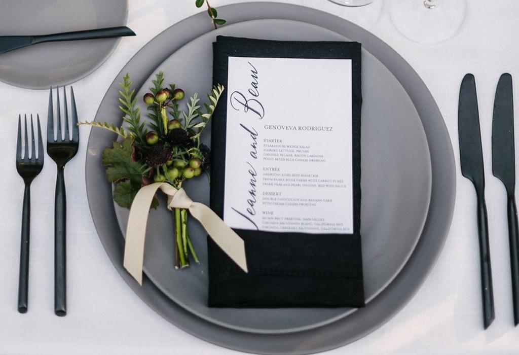 Trend alert: diferentes formas de usar detalles negros en la decoración de tu boda - menu