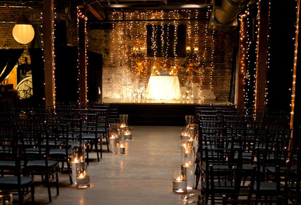 Trend alert: diferentes formas de usar detalles negros en la decoración de tu boda - sillas